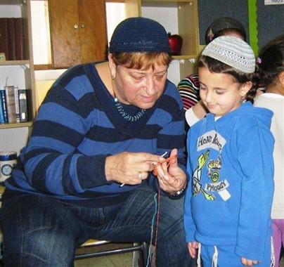 Following The Wonder Knitting Needles, Shlomo's grandmother visited the children in Gan Gefen in Beit Yosef and showed them her knitting