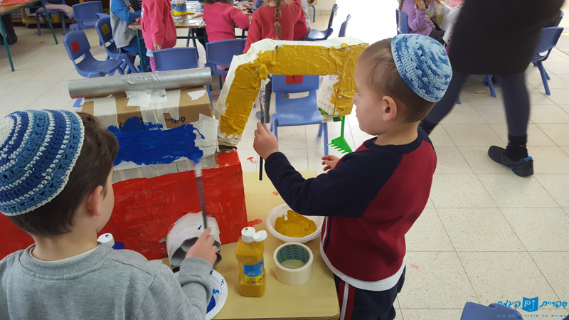 Making tractors following The Tractor in the Sandbox in Gan Ankor in Kedumim