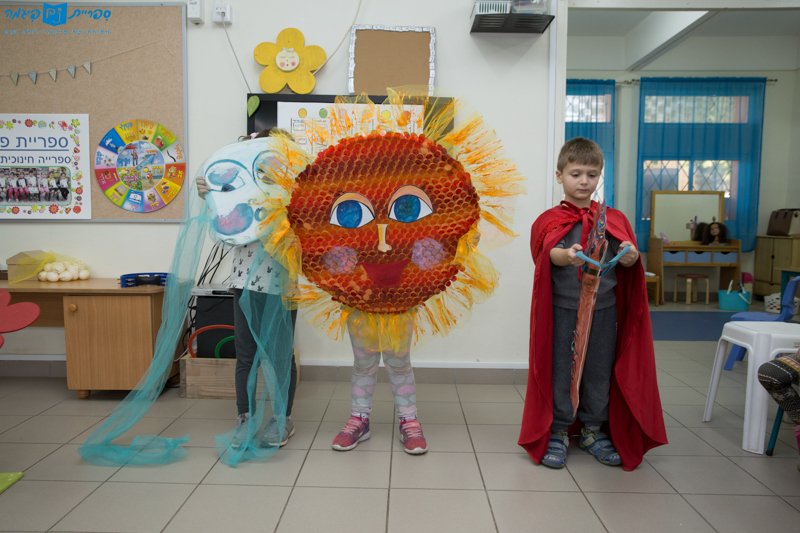 Acting out The North Wind and The Sun during Harold Grinspoon's visit, in Gan Michmoret in Ashdod