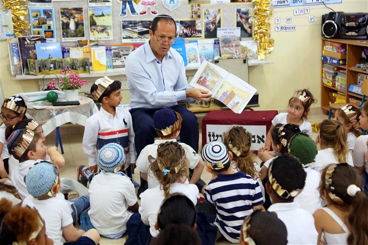 Gan Ilanit in Jerusalem hosted Mayor Nir Barkat, who read them The Golden Bell
